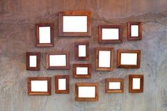 Ξύλινο πλαίσιο κενό στον τοίχο τσιμέντου Στοκ Εικόνα