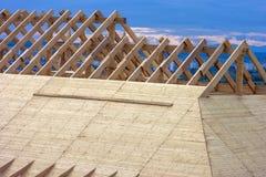 Ξύλινο πλαίσιο στεγών σπιτιών κάτω από την κατασκευή Στοκ εικόνα με δικαίωμα ελεύθερης χρήσης