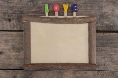 Ξύλινο πλαίσιο στον ξύλινο πίνακα στοκ εικόνα με δικαίωμα ελεύθερης χρήσης