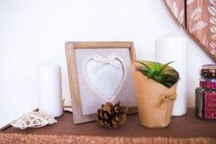 Ξύλινο πλαίσιο φωτογραφιών με μορφή της καρδιάς Όμορφες εσωτερικές λεπτομέρειες στοκ εικόνα με δικαίωμα ελεύθερης χρήσης
