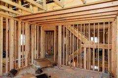 Ξύλινο πλαισιώνοντας έργο υπό κατασκευή με τους ξύλινους πλαισιώνοντας τοίχους και δοκός οροφών ή πατωμάτων στο κτήριο νέας οικοδ Στοκ Εικόνες