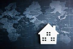 Ξύλινο πρότυπο Λευκών Οίκων στον παγκόσμιο χάρτη Έννοια ακίνητων περιουσιών, Ν Στοκ εικόνες με δικαίωμα ελεύθερης χρήσης