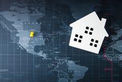 Ξύλινο πρότυπο Λευκών Οίκων στον παγκόσμιο χάρτη Έννοια ακίνητων περιουσιών, Ν Στοκ Εικόνες