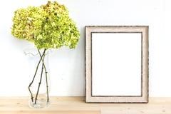Ξύλινο πρότυπο πλαισίων με τα πράσινα λουλούδια Ορισμένο πρότυπο σχεδίου προϊόντων αφισών Στοκ Εικόνες