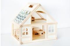 Ξύλινο πρότυπο σπιτιών Στέγη του κτηρίου που καλύπτεται με τους λογαριασμούς δολαρίων Ασφαλιστική έννοια ακίνητων περιουσιών Στοκ εικόνα με δικαίωμα ελεύθερης χρήσης