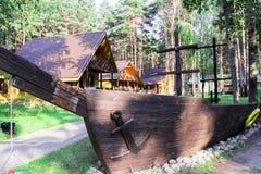 Ξύλινο πρότυπο του σκάφους δίπλα στο κτήριο στοκ φωτογραφία με δικαίωμα ελεύθερης χρήσης
