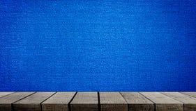 Ξύλινο ράφι στο μπλε υπόβαθρο ταπήτων Στοκ εικόνα με δικαίωμα ελεύθερης χρήσης