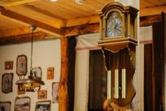 Ξύλινο ρολόι Antiquarian με ένα εκκρεμές Στοκ Εικόνα