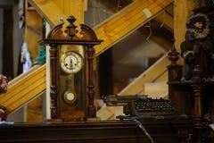 Ξύλινο ρολόι Antiquarian με ένα εκκρεμές Στοκ εικόνα με δικαίωμα ελεύθερης χρήσης