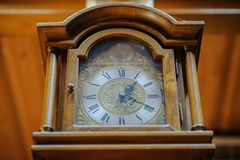 Ξύλινο ρολόι Antiquarian με ένα εκκρεμές Στοκ φωτογραφίες με δικαίωμα ελεύθερης χρήσης