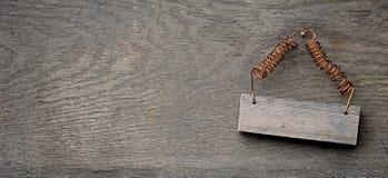 Ξύλινο σημάδι στο στενοχωρημένο ξύλινο τοίχο Στοκ εικόνα με δικαίωμα ελεύθερης χρήσης