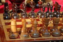 Ξύλινο σκάκι στην αρχική θέση σκούρο κόκκινο τρύγος ανασκόπησης Στοκ Φωτογραφία