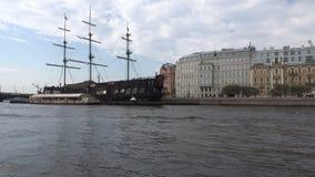 Ξύλινο σκάφος ` που πετά Ολλανδό ` στην περιοχή νερού του ποταμού Neva απόθεμα βίντεο
