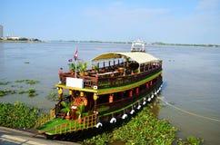 Ξύλινο σκάφος στον ποταμό στην Καμπότζη Στοκ φωτογραφία με δικαίωμα ελεύθερης χρήσης