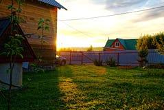 Ξύλινο σπίτι για μια αγροτική πλοκή την άνοιξη στοκ εικόνες με δικαίωμα ελεύθερης χρήσης