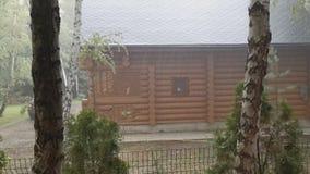 Ξύλινο σπίτι εξοχικών σπιτιών χωρών κούτσουρων στη βαριά καταιγίδα με τον αέρα, τη βροντή και την αστραπή Διάθεση πτώσης πρόγνωση φιλμ μικρού μήκους