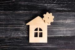 Ξύλινο σπίτι με ένα εργαλείο σε ένα υπόβαθρο του σκοτεινού ξύλου Η έννοια της επιχείρησης για την παραγωγή, manufactory επισκευή Στοκ Φωτογραφίες