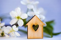 Ξύλινο σπίτι με την τρύπα με μορφή καρδιάς που περιβάλλεται από την άσπρη ροή Στοκ Φωτογραφίες