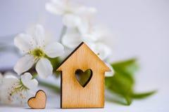 Ξύλινο σπίτι με την τρύπα με μορφή καρδιάς που περιβάλλεται από την άσπρη ροή Στοκ Εικόνες