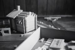 Ξύλινο σπίτι παιχνιδιών Ο κατασκευαστής αποτελείται από το φυσικό ξύλο για το CH Στοκ εικόνα με δικαίωμα ελεύθερης χρήσης