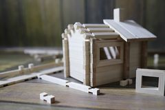 Ξύλινο σπίτι παιχνιδιών Ο κατασκευαστής αποτελείται από το φυσικό ξύλο για το CH Στοκ φωτογραφίες με δικαίωμα ελεύθερης χρήσης