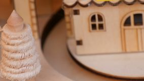 Ξύλινο σπίτι παιχνιδιών στο οποίο η ξύλινη ατμομηχανή Χριστουγέννων οδηγά Νέο έτος ` s και ντεκόρ Χριστουγέννων φιλμ μικρού μήκους