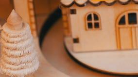 Ξύλινο σπίτι παιχνιδιών στο οποίο η ξύλινη ατμομηχανή Χριστουγέννων οδηγά Νέο έτος ` s και ντεκόρ Χριστουγέννων απόθεμα βίντεο
