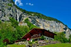 Ξύλινο σπίτι στις ελβετικές Άλπεις Στοκ φωτογραφία με δικαίωμα ελεύθερης χρήσης
