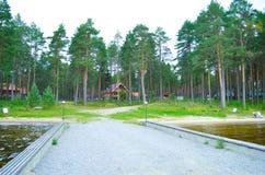 Ξύλινο σπίτι στο δάσος επάνω από τη λίμνη στοκ εικόνες