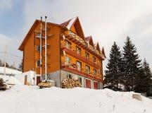 Ξύλινο σπίτι στο ορεινό χωριό Στοκ εικόνες με δικαίωμα ελεύθερης χρήσης