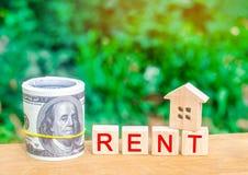 Ξύλινο σπίτι, χρήματα με το μίσθωμα επιγραφής Ενοίκιο της ιδιοκτησίας, διαμερίσματα υπηρεσίες ενός realtor προσιτή κατοικία, ενοί στοκ εικόνα με δικαίωμα ελεύθερης χρήσης
