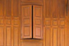 Ξύλινο στενό παράθυρο και ξύλινο σπίτι ύφους τοίχων ταϊλανδικό Στοκ Φωτογραφίες