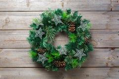 Ξύλινο στεφάνι πορτών Χριστουγέννων εμφάνισης με την εορταστική διακόσμηση Στοκ φωτογραφία με δικαίωμα ελεύθερης χρήσης