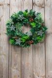 Ξύλινο στεφάνι πορτών Χριστουγέννων εμφάνισης με την εορταστική διακόσμηση Στοκ Φωτογραφίες