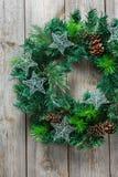 Ξύλινο στεφάνι πορτών Χριστουγέννων εμφάνισης με την εορταστική διακόσμηση Στοκ εικόνα με δικαίωμα ελεύθερης χρήσης