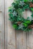 Ξύλινο στεφάνι πορτών Χριστουγέννων εμφάνισης με την εορταστική διακόσμηση Στοκ Εικόνα