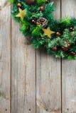 Ξύλινο στεφάνι πορτών Χριστουγέννων εμφάνισης με την εορταστική διακόσμηση Στοκ Εικόνες