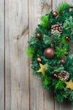 Ξύλινο στεφάνι πορτών Χριστουγέννων εμφάνισης με την εορταστική διακόσμηση Στοκ εικόνες με δικαίωμα ελεύθερης χρήσης