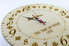 Ξύλινο στρογγυλό ρολόι τοίχων - ρολόι που απομονώνεται στο άσπρο υπόβαθρο διαχειριστείτε το χρόνο &s στοκ εικόνες