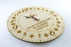 Ξύλινο στρογγυλό ρολόι τοίχων - ρολόι που απομονώνεται στο άσπρο υπόβαθρο διαχειριστείτε το χρόνο &s στοκ φωτογραφία με δικαίωμα ελεύθερης χρήσης