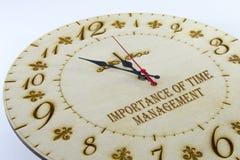 Ξύλινο στρογγυλό ρολόι τοίχων - ρολόι που απομονώνεται στο άσπρο υπόβαθρο διαχειριστείτε το χρόνο &s στοκ φωτογραφίες