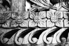 Ξύλινο σχέδιο που χαράζεται στα λουλούδια, γραπτό υπόβαθρο στοκ εικόνα