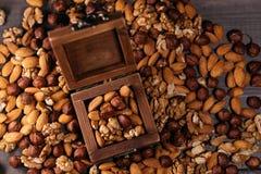 Ξύλινο σύνολο κιβωτίων των καρυδιών Μίγμα των φουντουκιών, των ξύλων καρυδιάς και των αμυγδάλων στον πίνακα Στοκ εικόνες με δικαίωμα ελεύθερης χρήσης
