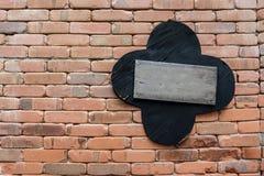 Ξύλινο σύστημα σηματοδότησης σε τούβλινο Στοκ Εικόνες