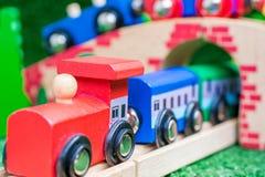Ξύλινο τραίνο ως μεγάλο χριστουγεννιάτικο δώρο στοκ φωτογραφίες