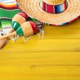 Ξύλινο υπόβαθρο γιορτής cinco de mayo maracas σομπρέρο του Μεξικού Στοκ Εικόνες