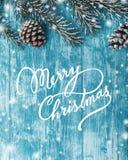 Ξύλινο υπόβαθρο κυανού, ναυτικό πράσινο δέντρο έλατου Διακοσμητικοί κώνοι Με τα Χριστούγεννα και το νέο μήνυμα ετών Στοκ Εικόνες