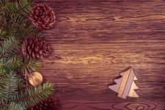 Ξύλινο υπόβαθρο με κλάδος-τονισμένη την έλατο επίδραση Παιχνίδι Χριστουγέννων στοκ εικόνες