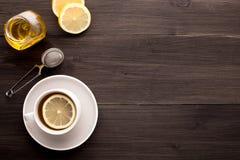 Ξύλινο υπόβαθρο με το μαύρα τσάι, το λεμόνι και το μέλι στοκ εικόνες με δικαίωμα ελεύθερης χρήσης
