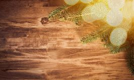 Ξύλινο υπόβαθρο Χριστουγέννων με τους κλάδους και τις σφαίρες έλατου στοκ φωτογραφίες